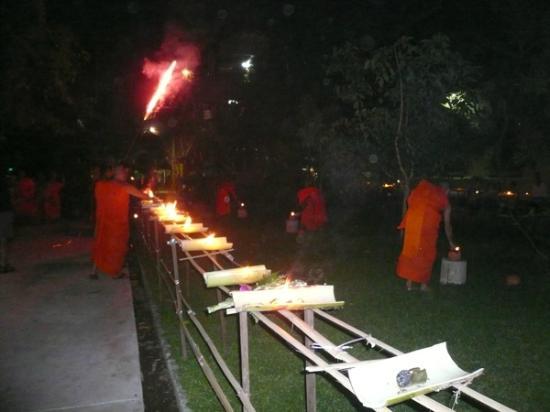 Mekong Riverside Park: 川へ向かって花火を打ち上げます