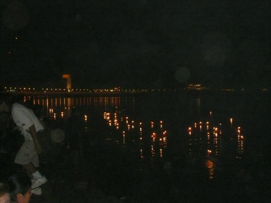 Mekong Riverside Park: メコン川に流す花の灯籠(カトーン)向こう岸には開発された中国系ホテルが煌煌と輝く