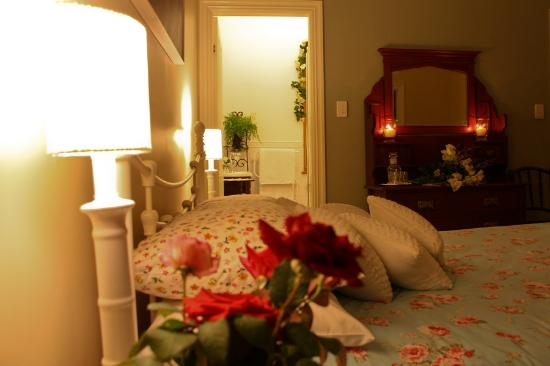 Newcastle's Bed & Breakfast: 'Jacaranda' room. Ensuite bathroom & extra single bed room, as well as queen size bed in main ro