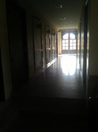 Mahadev Palace: dark dusty hallways