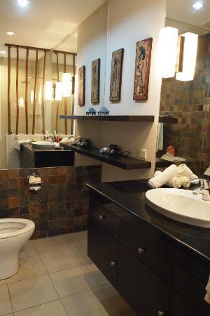 7Stones Boracay Suites: 広くて清潔なバスルーム