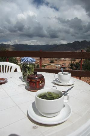 ‪‪Samay Wasi Youth Hostels Cusco‬: deck and view of cusco with coca leaf tea‬