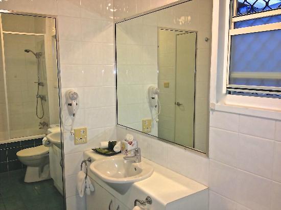 Port Douglas Apartments: Bathroom