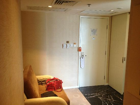 Cosmo Hotel Hong Kong: Entrance and couch