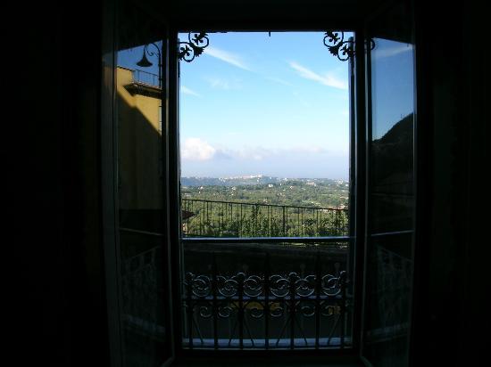 Il Mosaico B&B: La Villa del Papa  sopra il Lago di Castelgandolfo dalla camera Gaudì