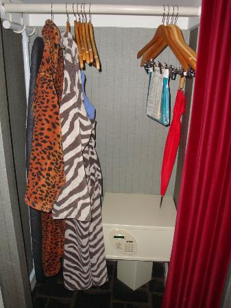Kimpton Rouge Hotel: Robes and umbrella in closet