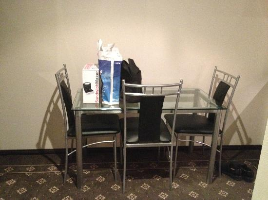 BEST WESTERN Goulburn: Dining table and chairs