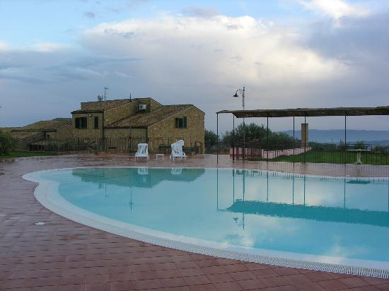 Agriturismo Salemi: Pool with view of agriturismo
