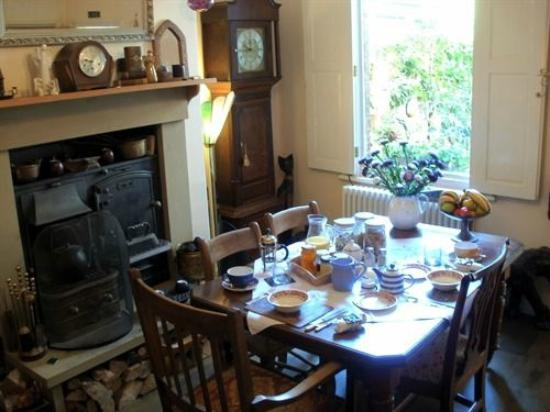 Linnies York B&B: Dining area with real fire lit on cooler days