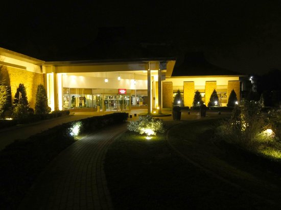 Mercure Lille Metropole Hotel : Main entrance at night
