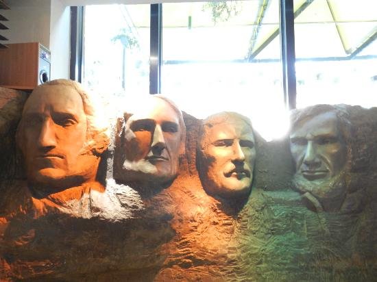 Design Hotel Mr. President : Restaurant with a mini Mt Rushmore