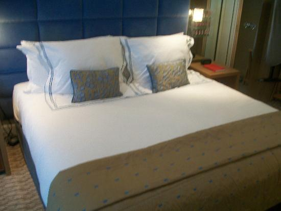 The Athenaeum Hotel & Residences: amazing bed in deluxe room