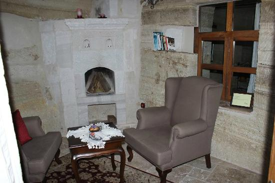 Terra Cave Hotel: fire place room 504