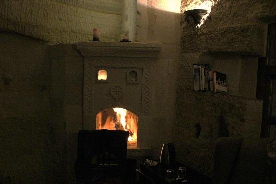 Terra Cave Hotel: fireplace on a cold night in room 504