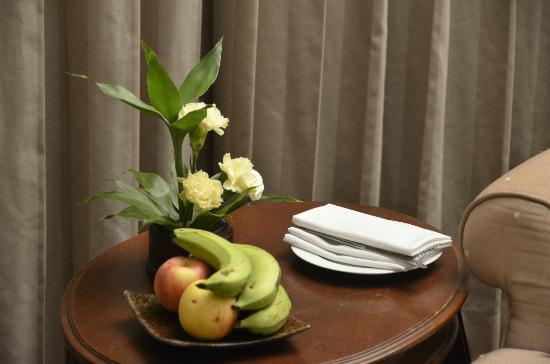 Angkor Palace Resort & Spa: Fruit plate in the room for the guest