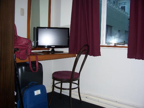 Hotel Waterloo & Backpackers: Desk & TV