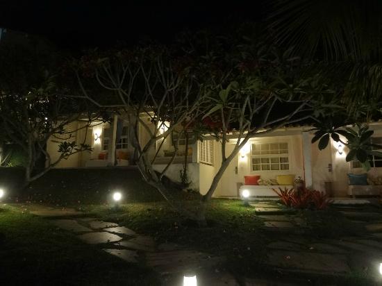 Pousada Bucaneiro: Exteriro de noche