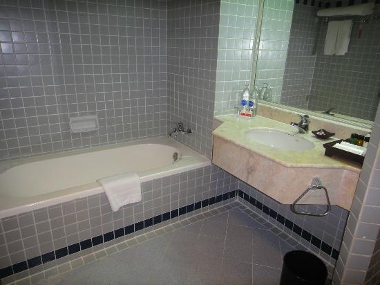 Ramada D MA Bangkok: Separate bath