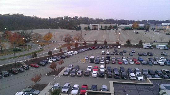 DoubleTree by Hilton Hotel Pittsburgh - Monroeville Convention Center : Mall across the parkinglot