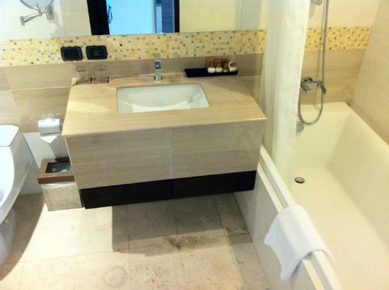 Amora Neoluxe: バスルームは広いです