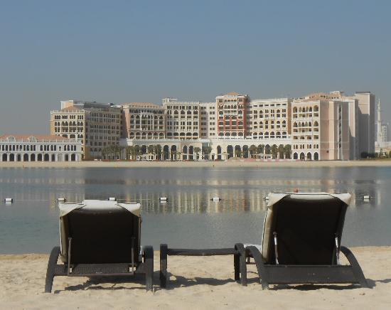Traders Hotel, Qaryat Al Beri, Abu Dhabi: Am Strand des Traders
