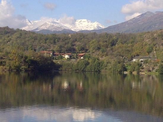 Ivrea, Italy: Lake Sirio which is next to the hotel