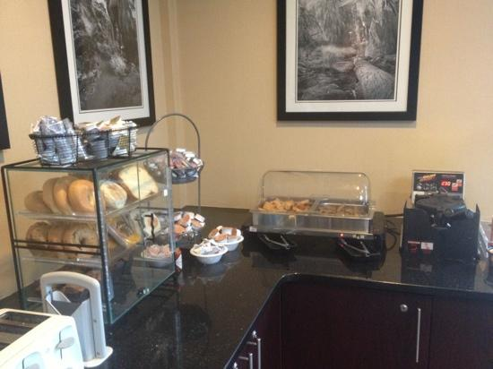 Nichols Village Hotel & Spa: basic continental breakfast