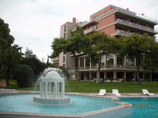 Kalamaki Beach Hotel: The pool and the hotel