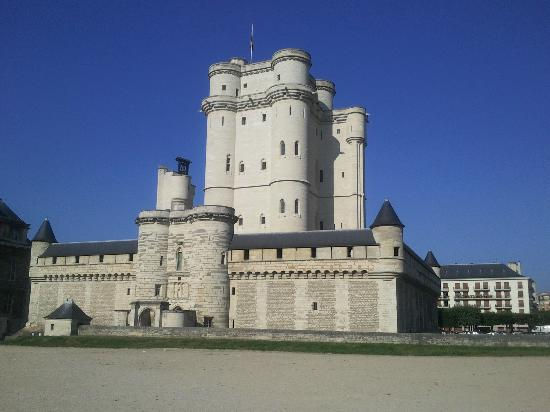Hotel du Chateau: Chateau di Vincennes located across road