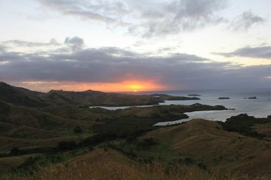 Blue Lagoon Beach Resort: Sunrise on top of the hill
