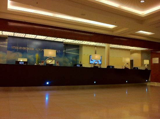 Steigenberger Airport Hotel: 広々したロビー 