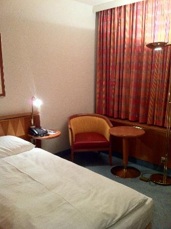 Steigenberger Airport Hotel: 暖色系の内装