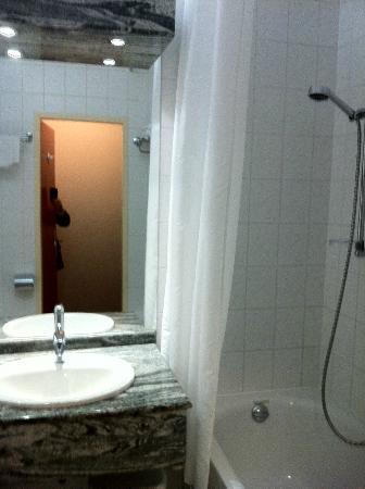 Steigenberger Airport Hotel: オシャレなバスルーム