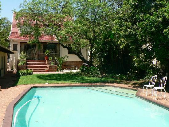 Bongela Bed and Breakfast: Enjoy the blue pool in Summer
