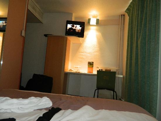 Ibis Paris Sacre Coeur 18eme: el closet es eso color madera a la izquierda