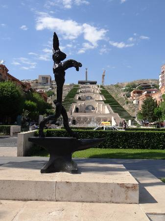 Cascade Chocolateria: Tamanyan Street mit Skulpturen, The Cascade
