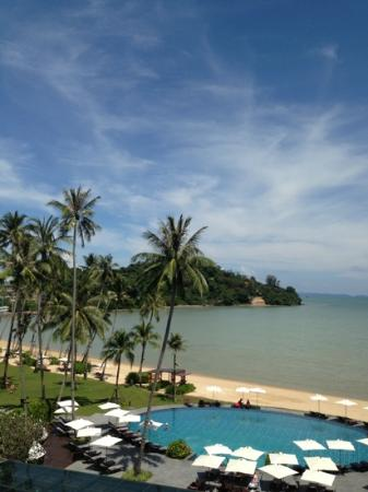 Crowne Plaza Phuket Panwa Beach: udsigt over pool og strand
