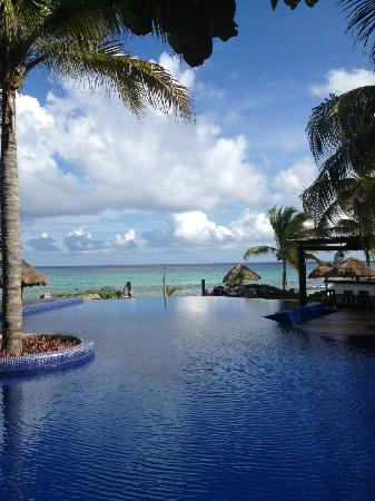 Le Reve Hotel & Spa: Infinity pool