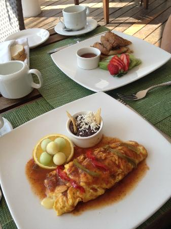 Le Reve Hotel & Spa: Breakfast - omellette