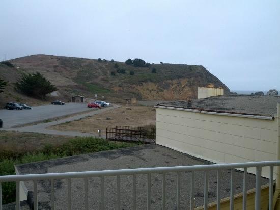 Holiday Inn Express Hotel & Suites Pacifica: vue de la chambre sur la colline et un peu de plage