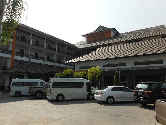 Amnauysuk Hotel: Outside