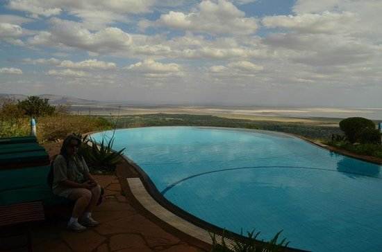 Lake Manyara Serena Lodge: Piscina mostrando ao fundo o Lake Manyara