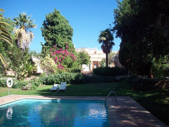 Moncarapacho, Portugal: Voorbeeld 'weelderige' tuinzicht met zwembad.