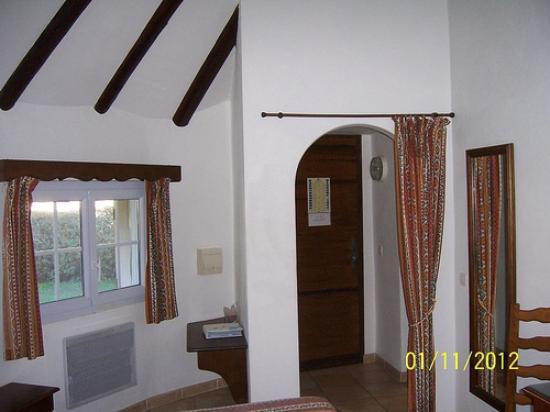 Hotellerie du Pont Blanc : l'entrée de la chambre et partie de solives