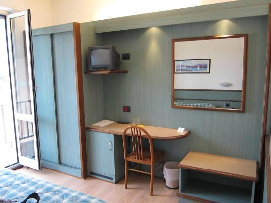 Hotel Florida Lerici: Work desk and TV