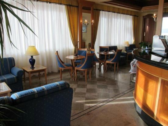 Hotel Florida Lerici: Neat lobby with bar
