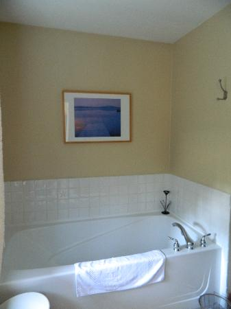 South Chesterman Beach Condos: nice deep soaker tub
