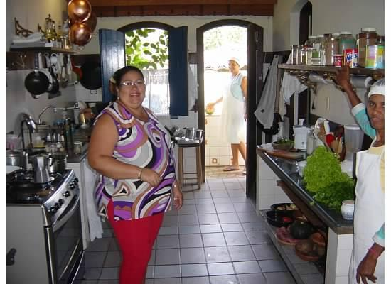 Estalagem Alcino: Dona Flor in the kitchen with two of the cooks.