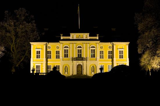 Märsta, Sverige: Steninge Palace at night