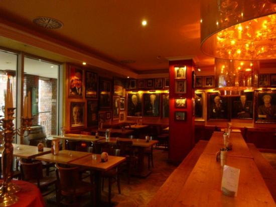 Rheinische Republik: Una parte del ristorante ( piano superiore)